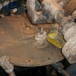On soulève le couvercle dont le poids est estimé à environ 300 kg