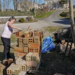 Nettoyage des briques par Joëlle avant reconstruction du pilier central