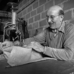 Paul Aubert à la réparation des sacs