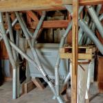 Les tuyaux en tôle galvanisée ont remplacé les conduits en bois en 1953. En arrière plan la brosse à son Hélig-Heuser.